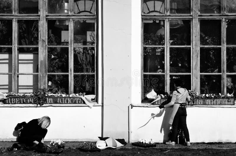 Kobiety przy pracą, Świątobliwy Petersburg zdjęcia royalty free