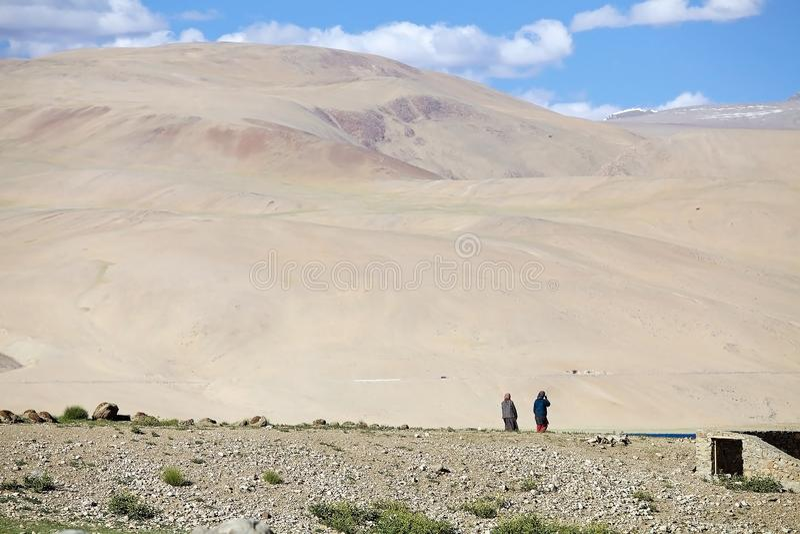 Kobiety przy Tso Moriri jeziorem w Ladakh, India obraz stock