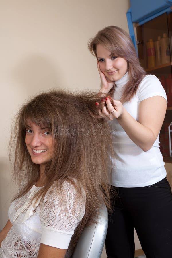Kobiety przy włosianym salonem zdjęcie stock