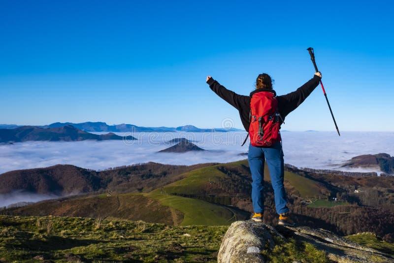 Kobiety przy wierzchołkiem góra z rękami podnosić w sukcesie obraz royalty free