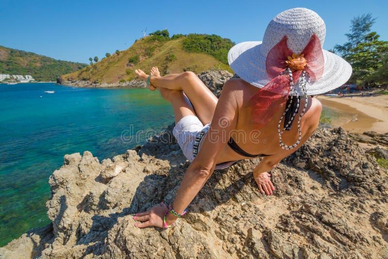 Kobiety przyglądający tropikalny morze zdjęcie stock