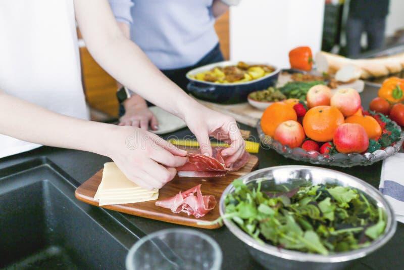Kobiety przygotowywa gościa restauracji przy kuchnią z jamon obrazy royalty free