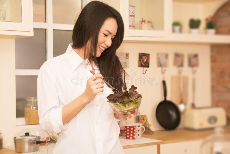 Kobiety przygotowywają jedzenie w kuchni obraz royalty free