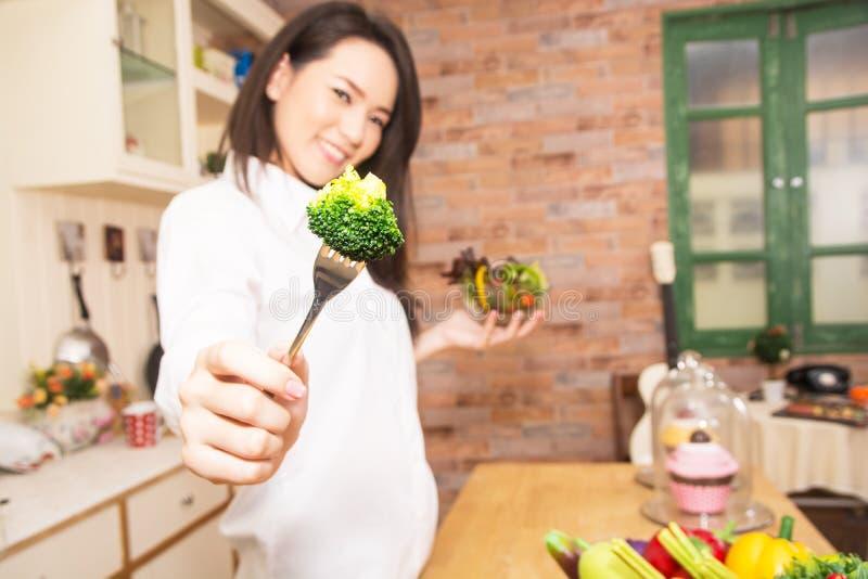 Kobiety przygotowywają jedzenie w kuchni obraz stock