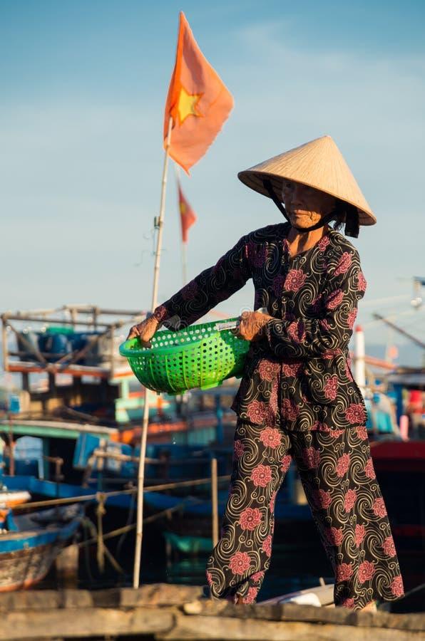Kobiety przynoszący w połowu chwycie blisko Hoi, Wietnam obraz stock
