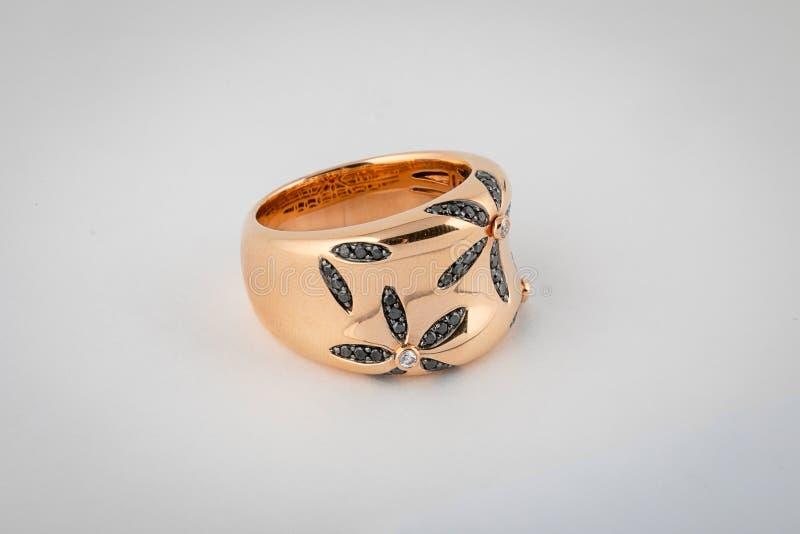 Kobiety róży złocisty pierścionek z kwiaty kształtującymi kamieniami odizolowywającymi na białym tle zdjęcia stock