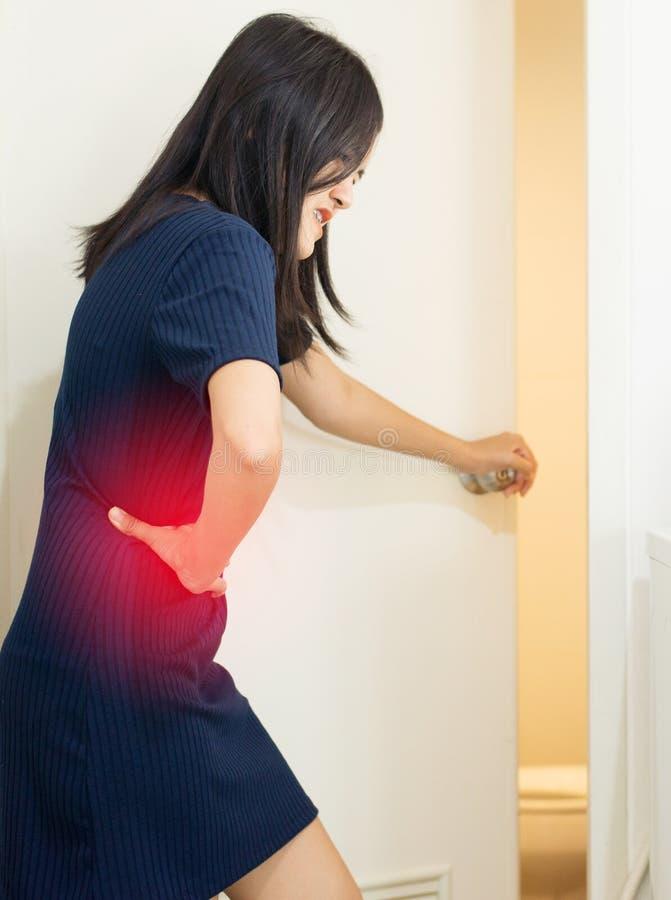 Kobiety ręka trzyma dalej żołądka cierpienie od brzusznego bólu, kobieta z mieć menstrual okresu drętwienie, zatrucie pokarmowe,  obrazy royalty free