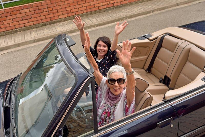 Kobiety różni pokolenia szczęśliwi w odwracalnym samochodzie zdjęcie royalty free
