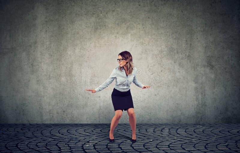 Kobiety równoważenie na szarym tle obrazy royalty free