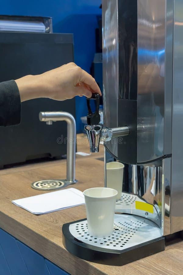 Kobiety ręka ciągnie klepnięcie semi przemysłowi kotłowi lub wodni di zdjęcia stock