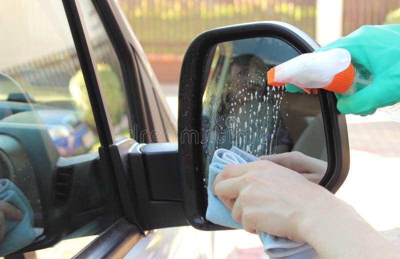Kobiety ręka czyści samochodowego lustro obraz stock