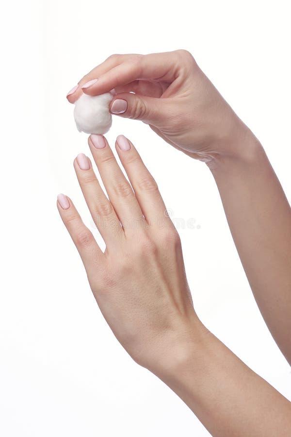 Kobiety ręka i gwoździa lakierniczy zmywacz, aceton obraz royalty free