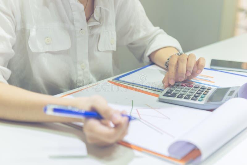 Kobiety ręka kalkuluje sprzedaże na kalkulatorze obrazy royalty free