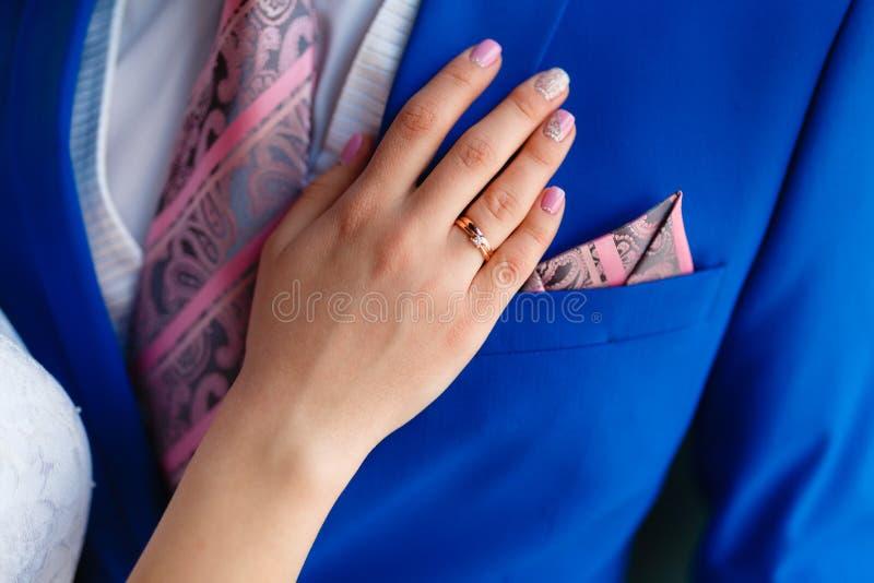 Kobiety ręka na klatce piersiowej mężczyzna w drogim kostiumu Zakończenie strzał mężczyzna w błękitnym kostiumu podczas gdy woman zdjęcie royalty free