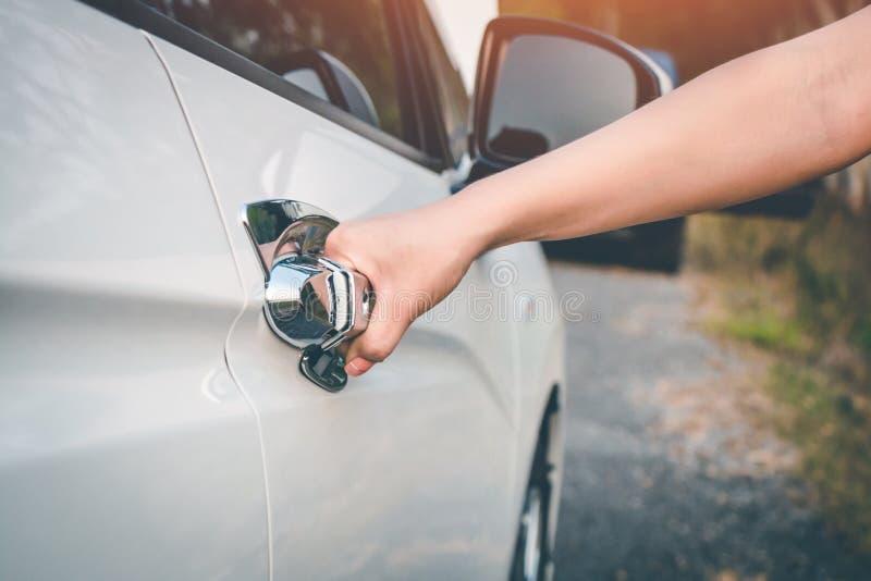 Kobiety ręka otwiera samochodowego drzwi fotografia stock