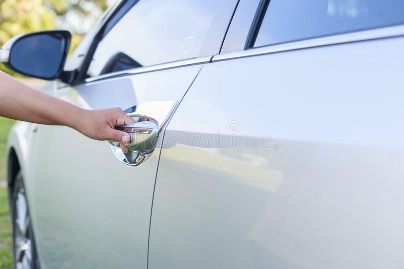 Kobiety ręka otwiera samochodowego drzwi obrazy royalty free
