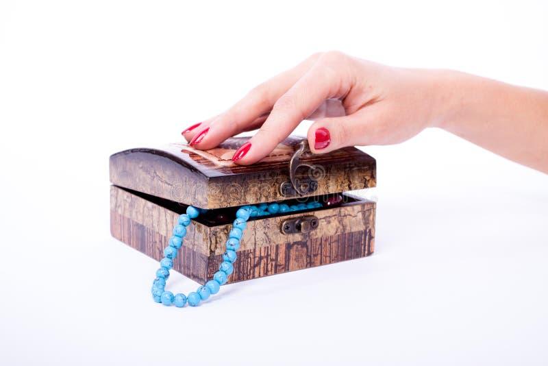 Kobiety ręka otwierający pudełko zdjęcie stock