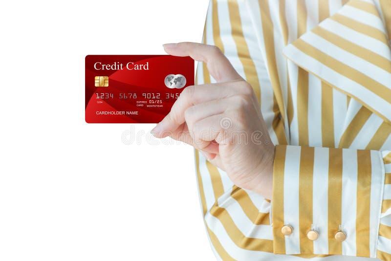 Kobiety ręka - podnosi up realistyczną kredytową kartę obraz royalty free