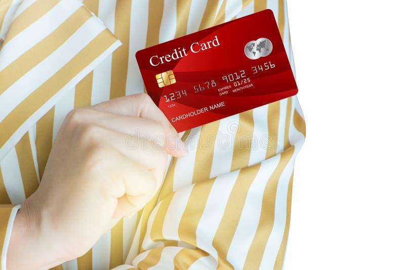 Kobiety ręka - podnosi up realistyczną kredytową kartę zdjęcia stock