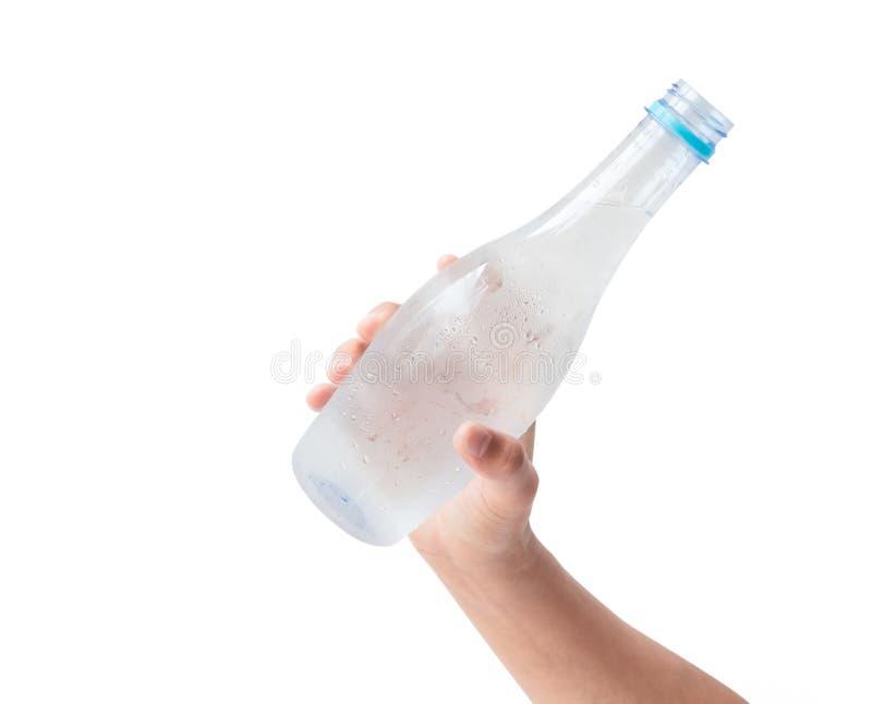 Kobiety ręka trzyma butelkę woda z białym tłem obrazy stock