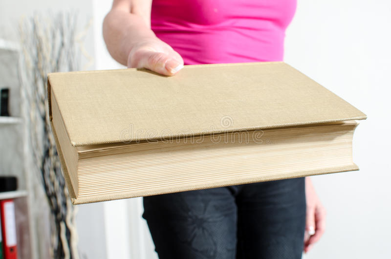 Download Kobiety Ręka Trzyma Książkę Zdjęcie Stock - Obraz złożonej z seans, książki: 53787482