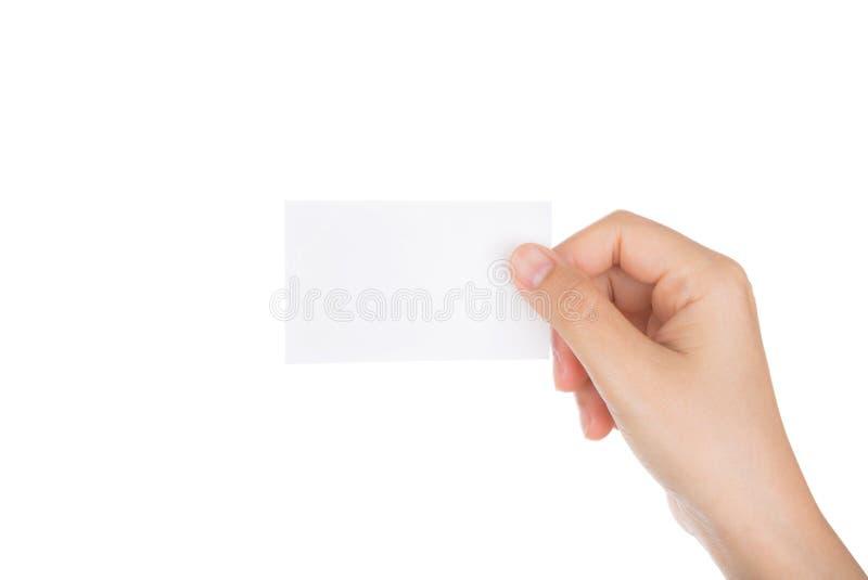 Kobiety ręka trzyma pustego papieru wizytówkę odizolowywająca zdjęcia royalty free