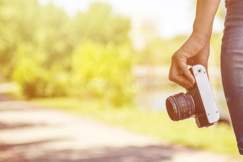 Kobiety ręka trzyma retro kamerę Młody fotograf z ekranową kamerą obraz stock
