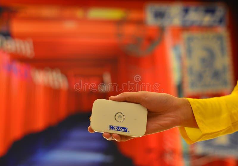 Kobiety ręka trzyma wifi punkt zapalnego obrazy royalty free