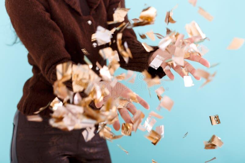 Kobiety ręka trzyma złotych confetti obrazy stock