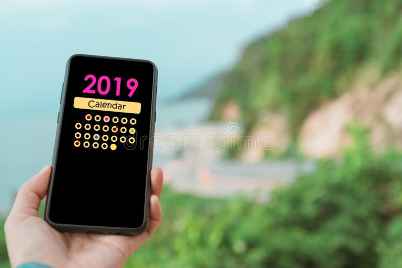 Kobiety ręka używa smartphone robi planowaniu cyfrowy kalendarzowy zastosowanie Komunikaci biznesowej technologii pojęcie obraz royalty free