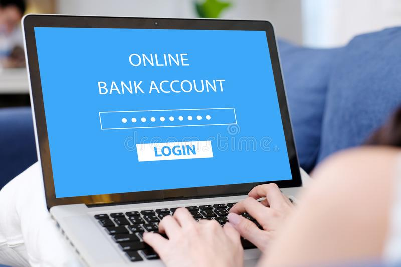 Kobiety ręka wiąże laptop z online konta bankowe hasła nazwą użytkowniką na ekranie w domu, online wypiekowy cyber ochrony zdjęcie royalty free