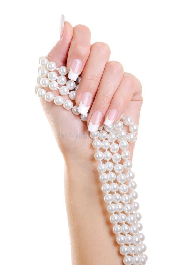 Kobiety ręka z francuskim manicure'em i perl obrazy stock