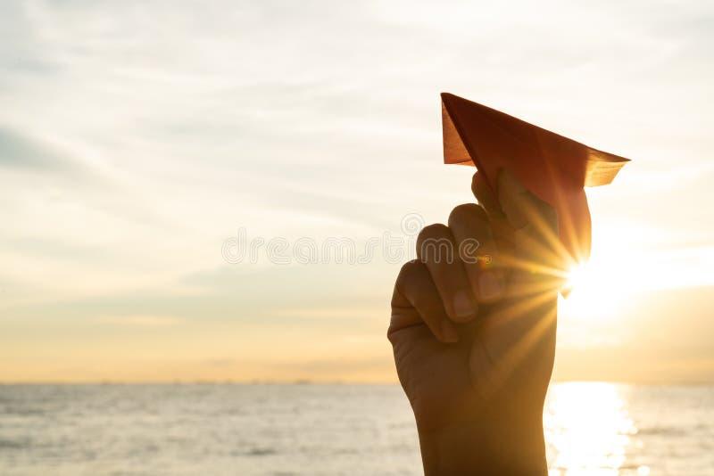 Kobiety ręki mienia czerwieni papieru rakieta z niebieskiego nieba tłem zdjęcie stock