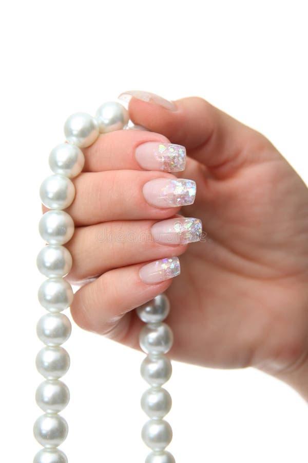 Kobiety ręki mienia perły jewellery zdjęcie royalty free