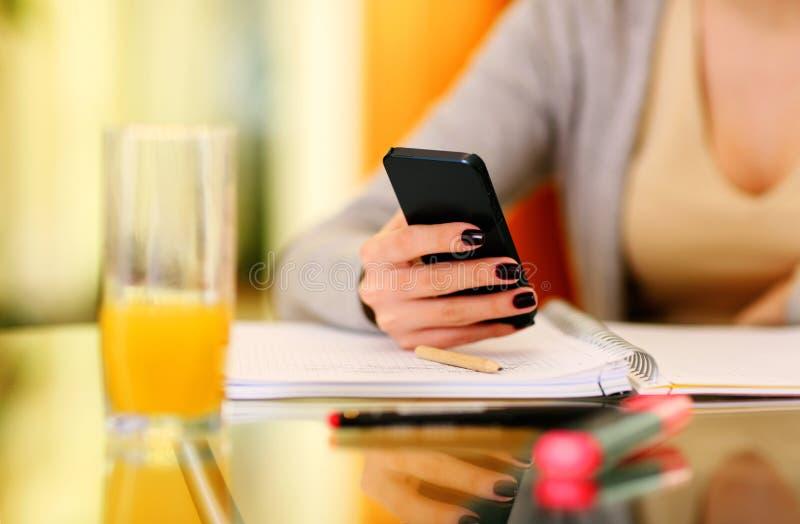 Kobiety ręki mienia smartphone fotografia royalty free