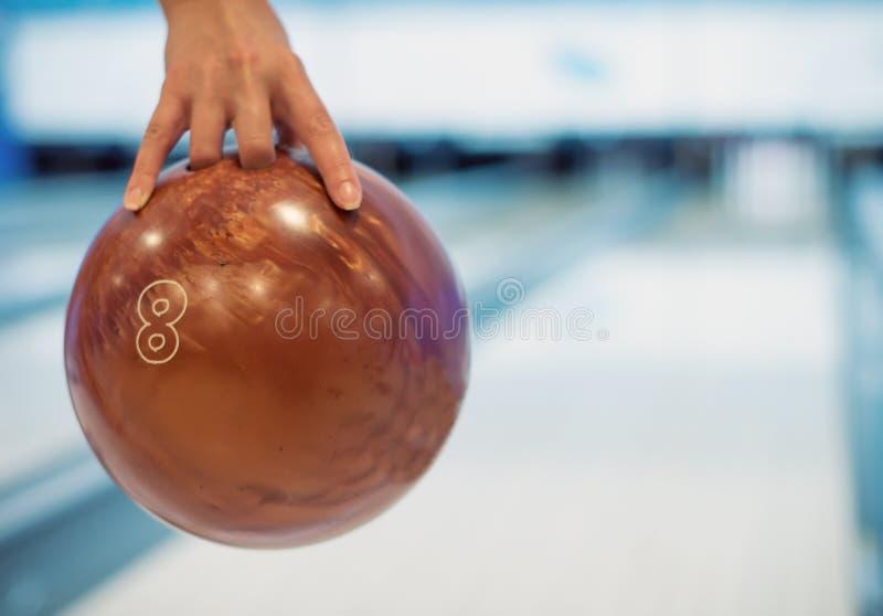 Kobiety ręki miotania piłka obrazy royalty free