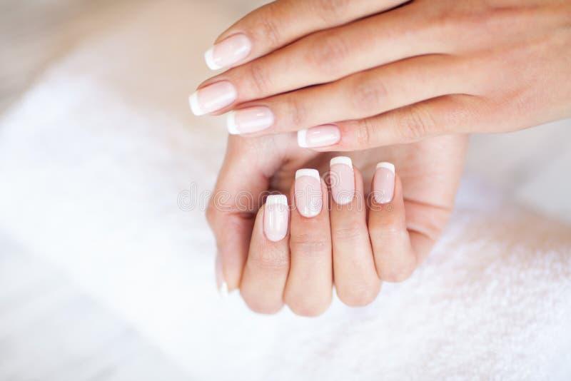 Kobiety ręki opieka Zbliżenie Piękne Żeńskie ręki Ma zdroju manicure Przy piękno salonem Beautician segregowania klienci obrazy stock