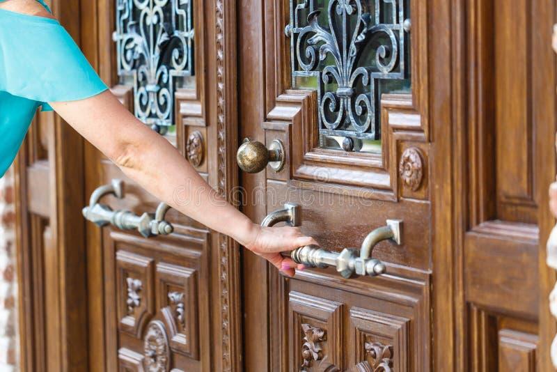Kobiety ręki otwarte drzwi gałeczka lub otwierać drzwi obraz royalty free