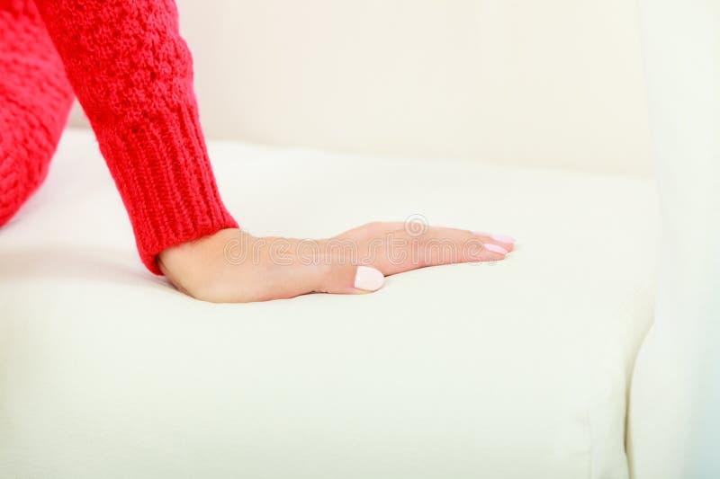 Kobiety ręki palma na kanapie obrazy stock
