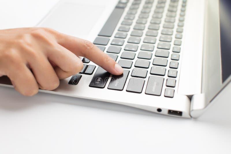 Kobiety ręki prasa na laptopie, zamyka up zdjęcia stock