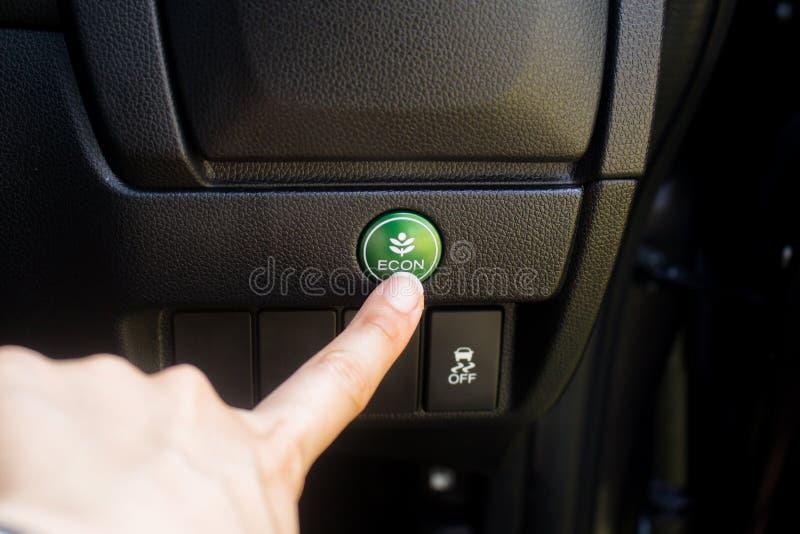 Kobiety ręki prasy Eco tryb w samochodzie obraz royalty free