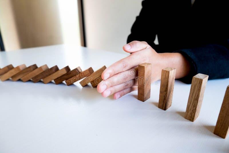 Kobiety ręki przerwa blokuje drewno dla gacenia inny, pojęcia ryzyko zarządzanie i strategia plan, obrazy stock