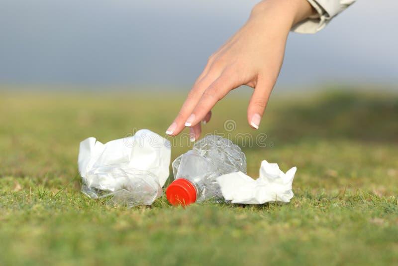 Kobiety ręki zbieracki śmieci w górze zdjęcia royalty free