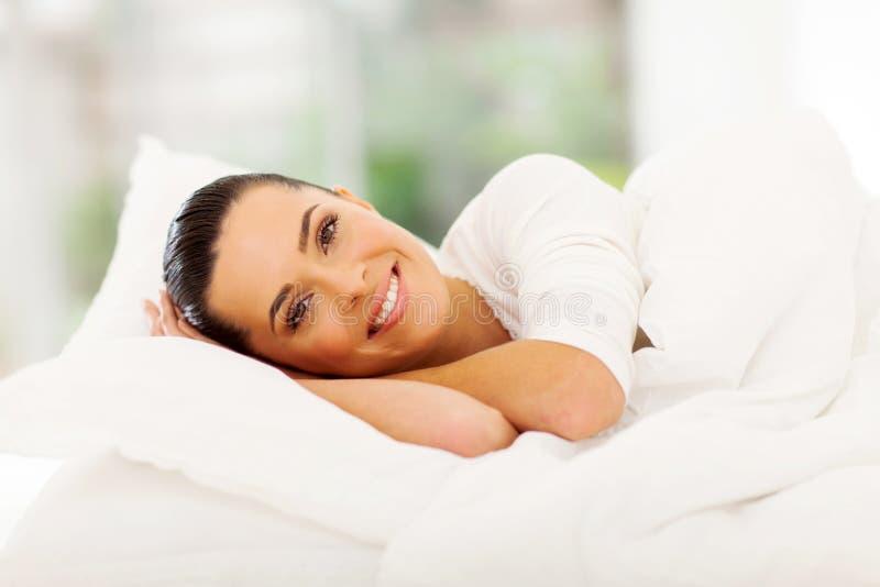 Kobiety relaksujący łóżko zdjęcia stock