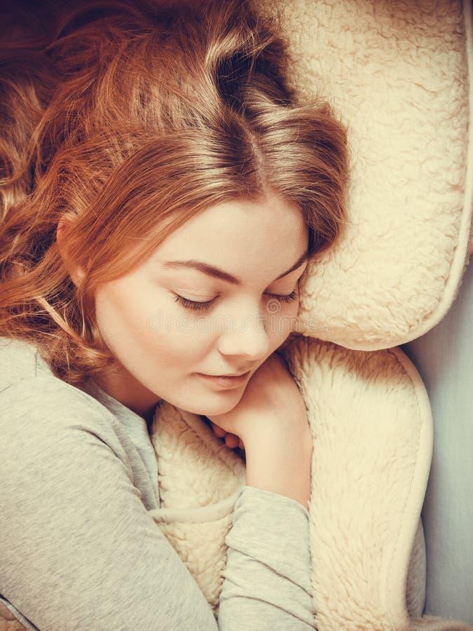 Kobiety relaksujący drzemanie w łóżku pod wełny koc obrazy stock
