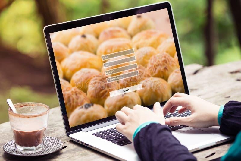 Kobiety robić podpisuje up username hasła nazwy użytkownika ochrony pojęcie na laptopie, komputerze/ fotografia royalty free