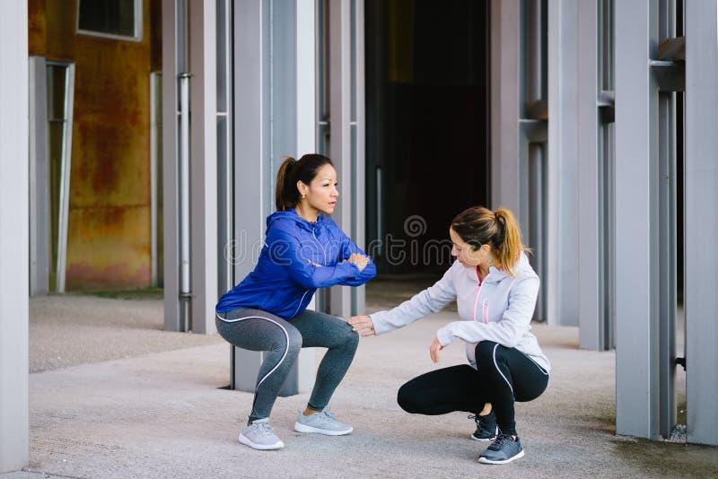 Kobiety robi pękatemu ćwiczenie treningowi obrazy royalty free