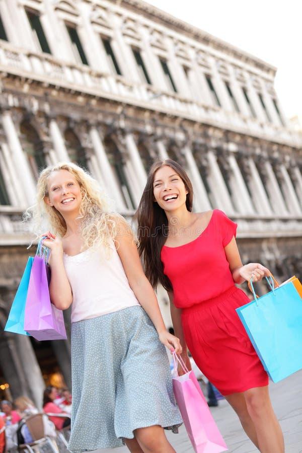 Kobiety robi zakupy szczęśliwych mień torba na zakupy, Wenecja zdjęcia stock