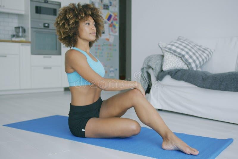 Kobiety rozciągania ciała szkolenie na macie zdjęcia stock