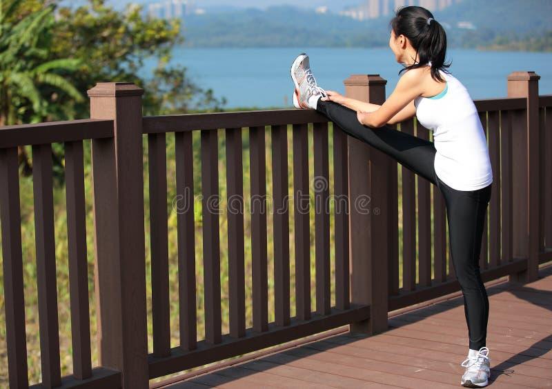 Kobiety rozciągania nogi w miasto parku obrazy royalty free